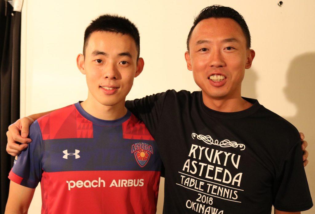 琉球アスティーダの早川周作球団社長(右)と陳建安