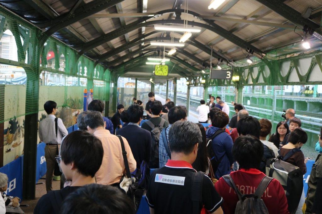 「幻の3番線」で開催されている卓球体験スペース