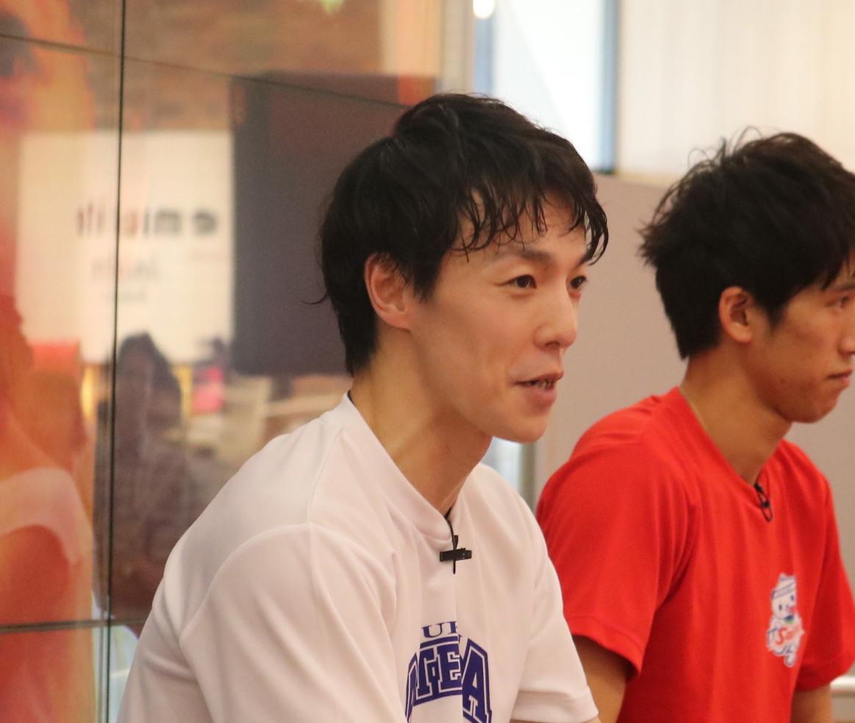 アキラ100%、「卓球×裸芸」の新境地の動画披露 「卓球界のアキラ100%」もコメント
