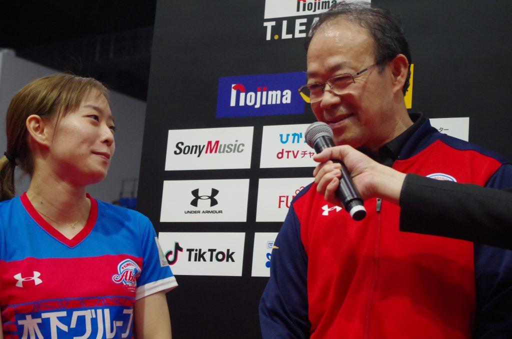 石川佳純(左)と劉燕軍監督