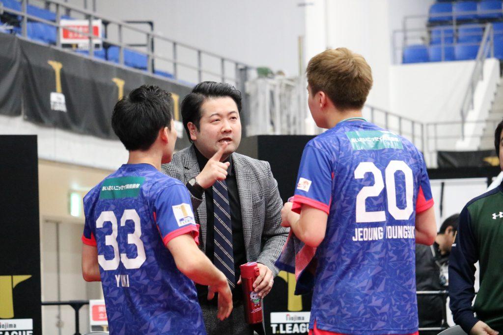 坂本監督のアドバイスを受ける平野友樹とチョンヨンシク(T.T彩たま)