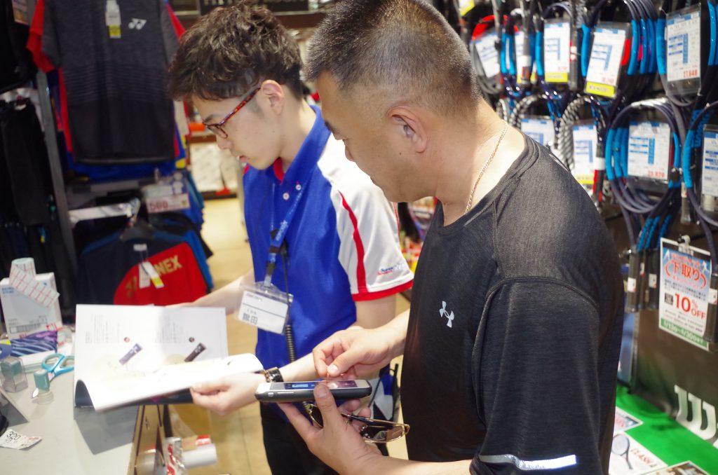 中国人観光客の卓球ショッピングの様子