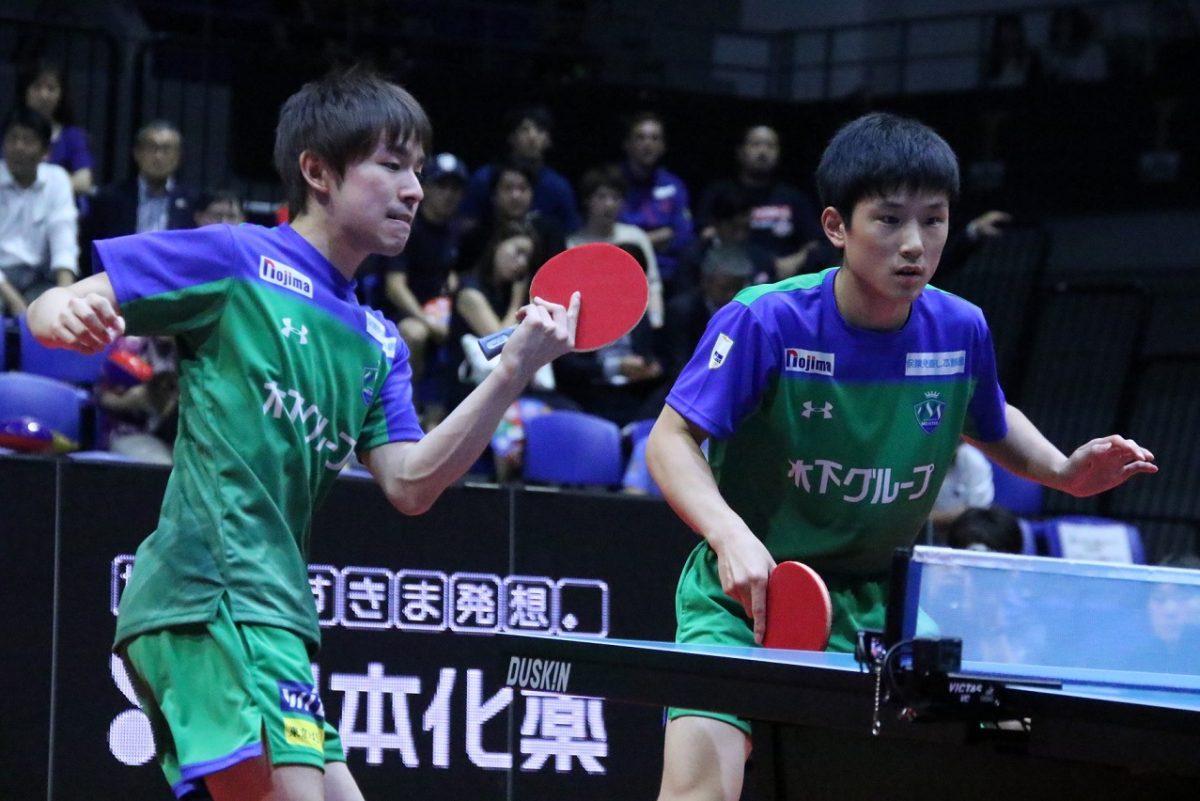 丹羽孝希(左)と張本智和(KM東京)