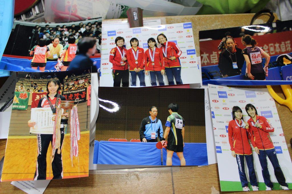 デスクに並ぶ教え子の写真