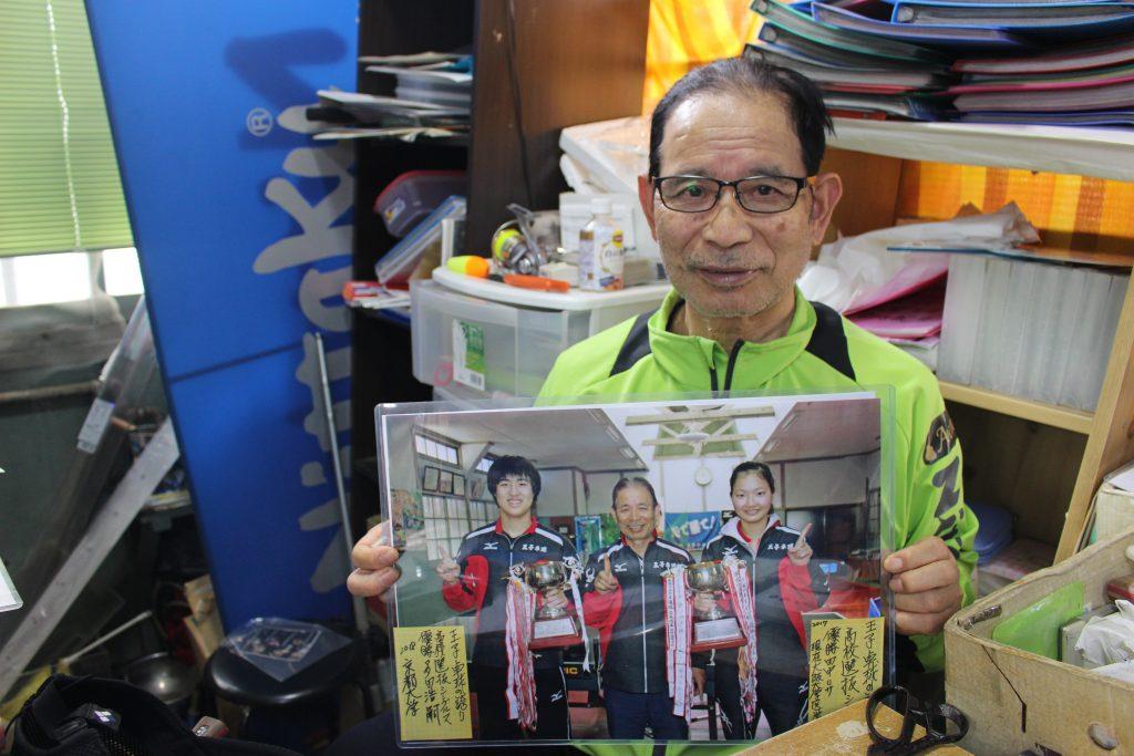 京都大学・大阪大学へ進学した教え子との写真を持つ作馬六郎氏