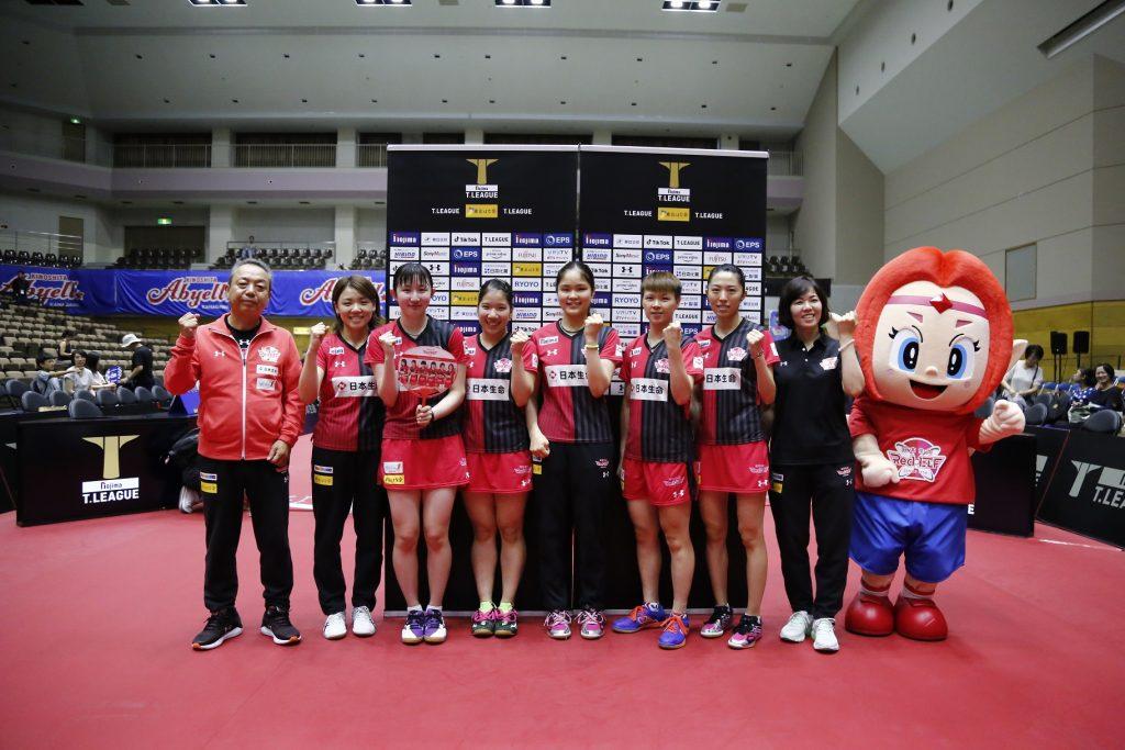 写真:勝利した日本生命レッドエルフメンバー/提供:©T.LEAGUE