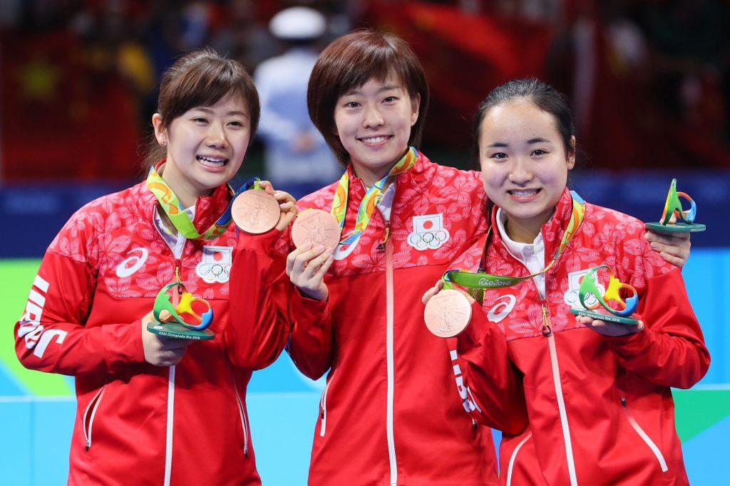リオ五輪団体で銅メダルを獲得した福原愛さん、石川佳純、伊藤美誠