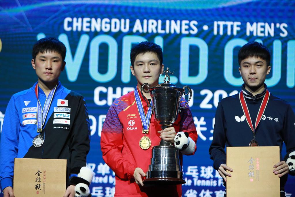 写真:日本男子初となる銀メダルを獲得した張本智和(写真左・木下グループ)/提供:ittfworld