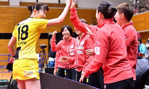 勝利に沸く日本生命ベンチ