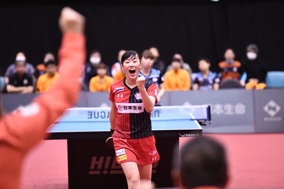 写真:15歳ながらパワフルな卓球を見せた赤江/提供:©T.LEAGUE