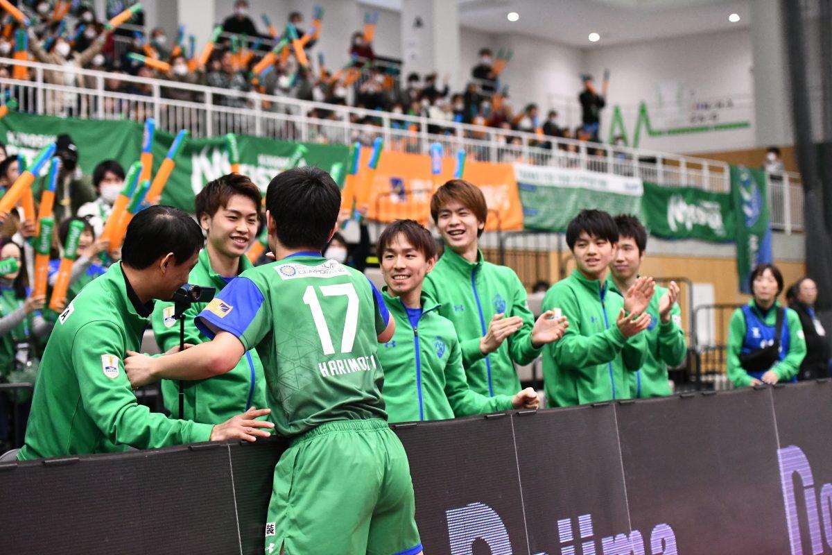 写真:勝利に沸くKM東京ベンチ/提供:©T.LEAGUE