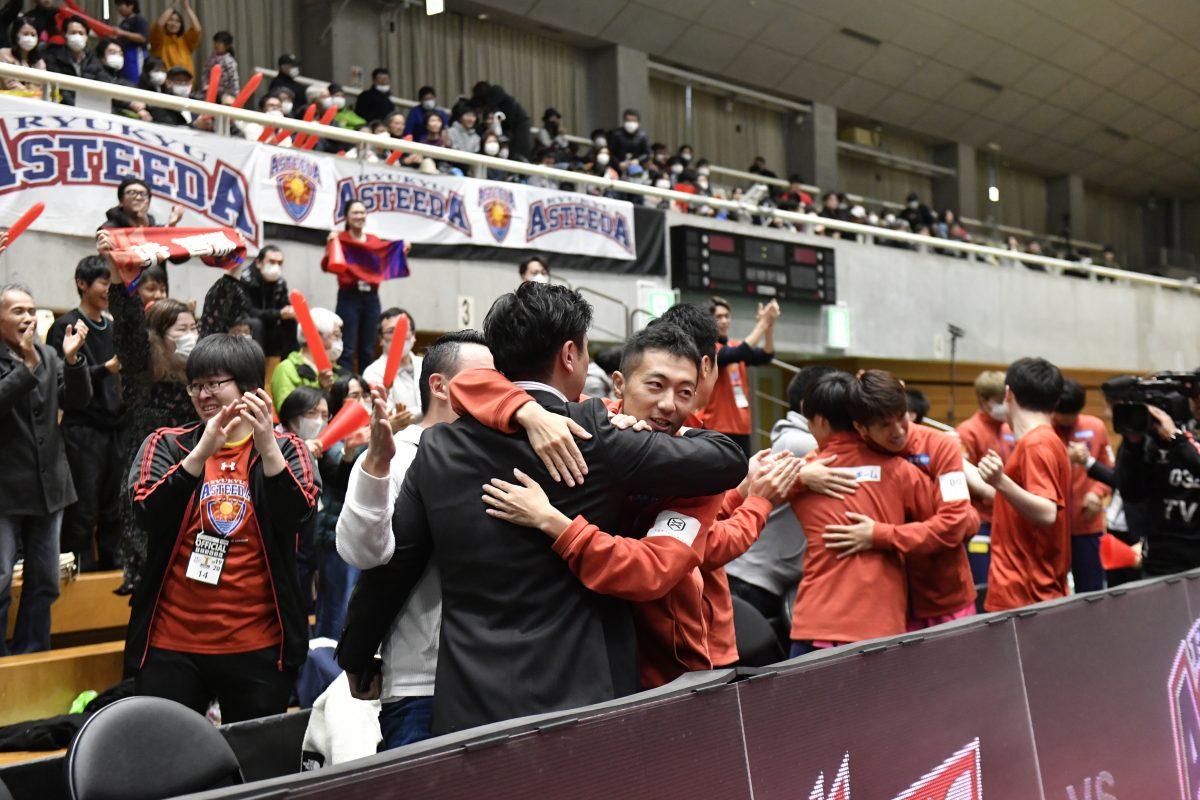 写真:ファイナル進出を決めて抱き合う琉球アスティーダベンチ/提供:©T.LEAGUE