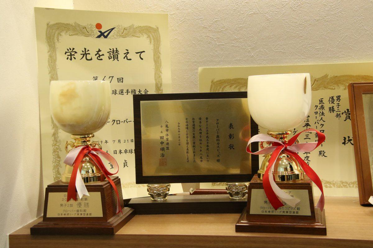 写真:これまでチームが獲得した数々のトロフィーや賞状/撮影:ラリーズ編集部