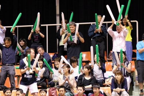 写真:クローバー歯科応援団/提供:日本卓球リーグ実業団連盟