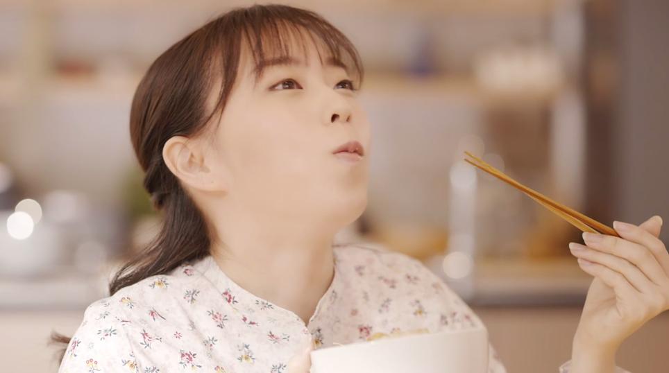 """2020年も""""挑み続ける""""石川佳純の新CM公開 どんぶりを頬張るシーンや鼻歌も披露"""