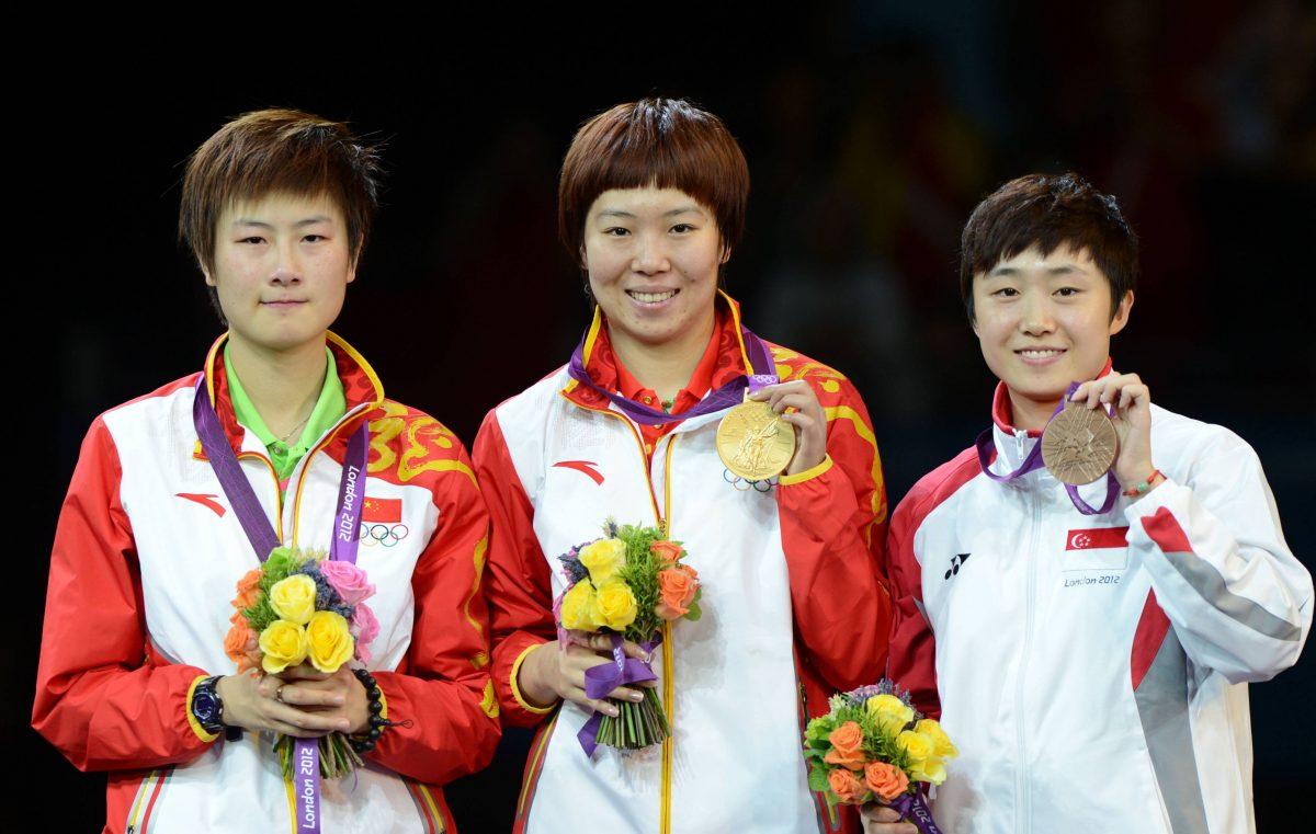 写真:ロンドン五輪表彰台での笑顔なき丁寧(写真左)/撮影:アフロ