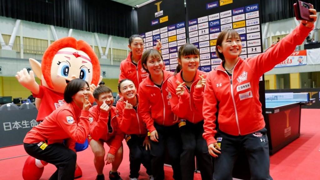 写真:試合後写真を撮る日本生命の選手/提供:?T.LEAGUE