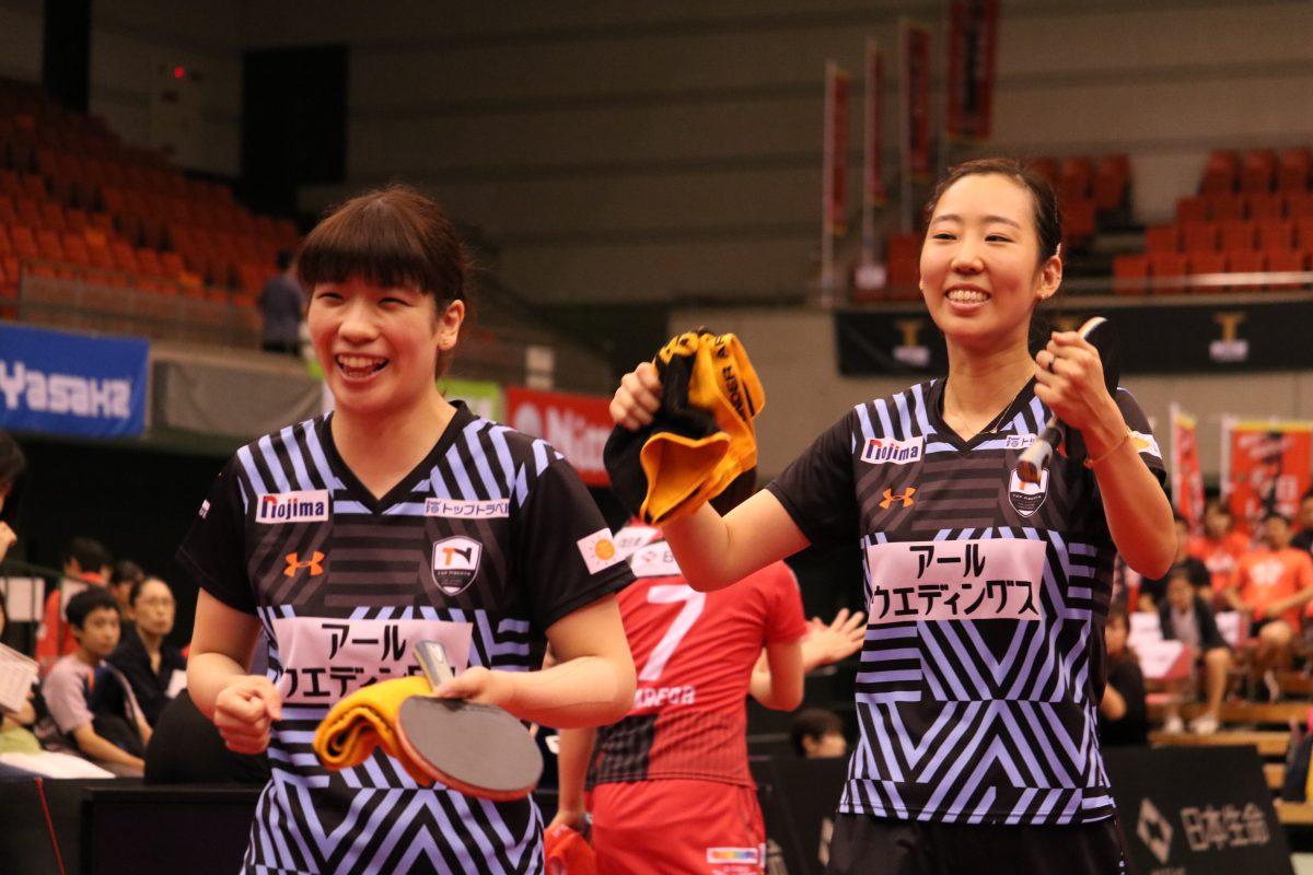 写真:ダブルス勝利で笑顔を見せる鈴木李茄(写真左)とヤンハウン/撮影:ラリーズ編集部