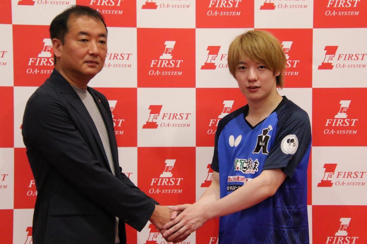 写真:握手を交わす松平健太と浜野浩ファースト代表取締役/撮影:ラリーズ編集部