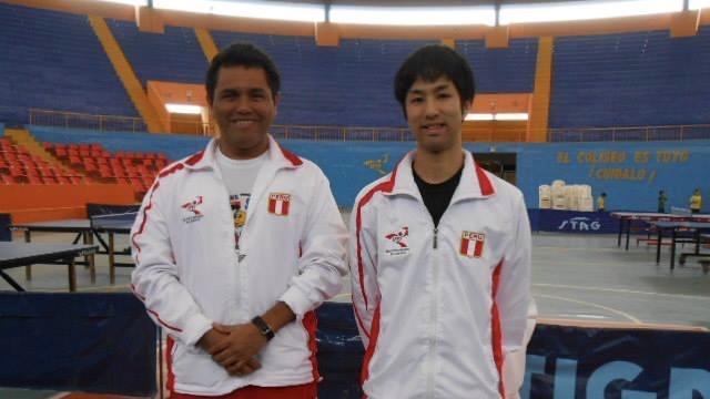 青年海外協力隊として活動時代の渡邊拓也氏(写真右)
