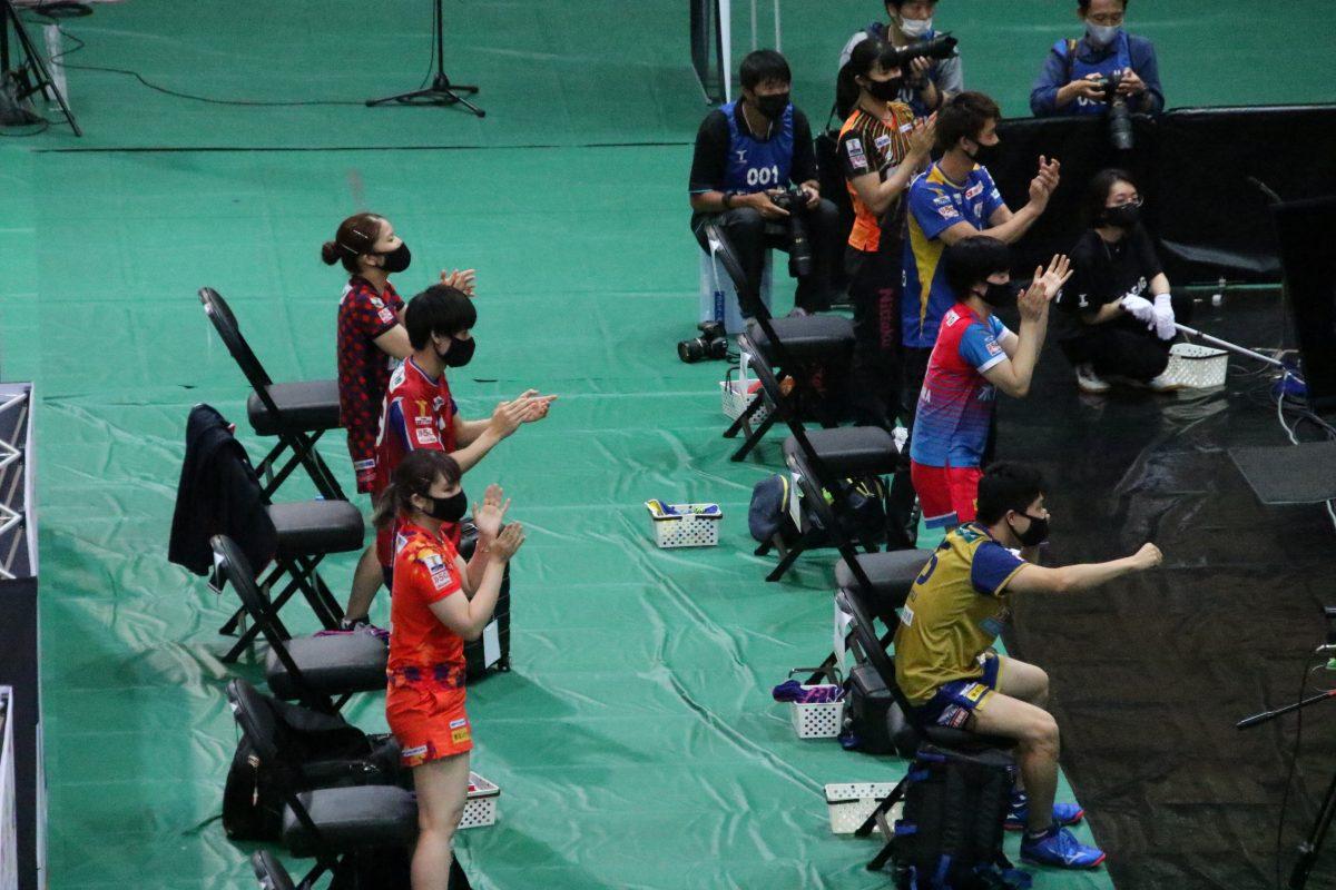 写真:立ち上がって応援するTリーグベンチ/撮影:ラリーズ編集部