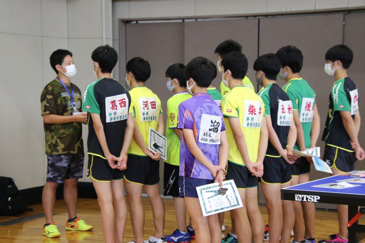 写真:静岡学園卓球部の部員と寺島監督(写真左)/撮影:ラリーズ編集部