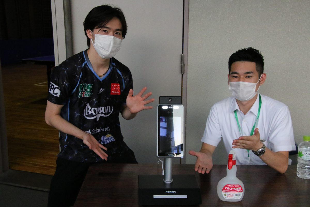 写真:森薗政崇(写真左)とimpactTVの菅屋さん/撮影:ラリーズ編集部