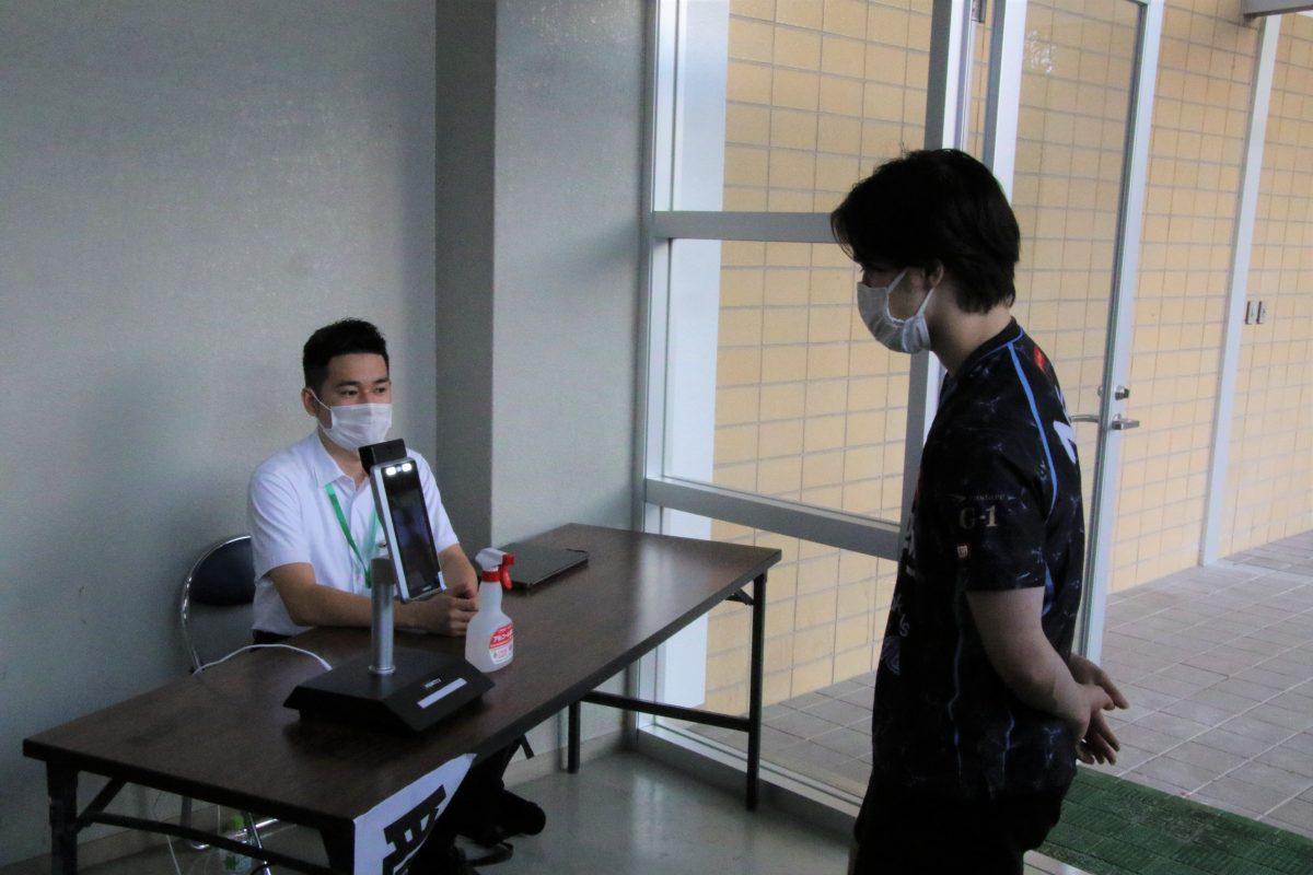 写真:試合会場入り口には検温機器が設置された/撮影:ラリーズ編集部
