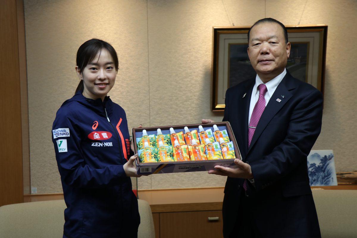 写真:菅野会長から激励の品を受け取る石川佳純/提供:全農