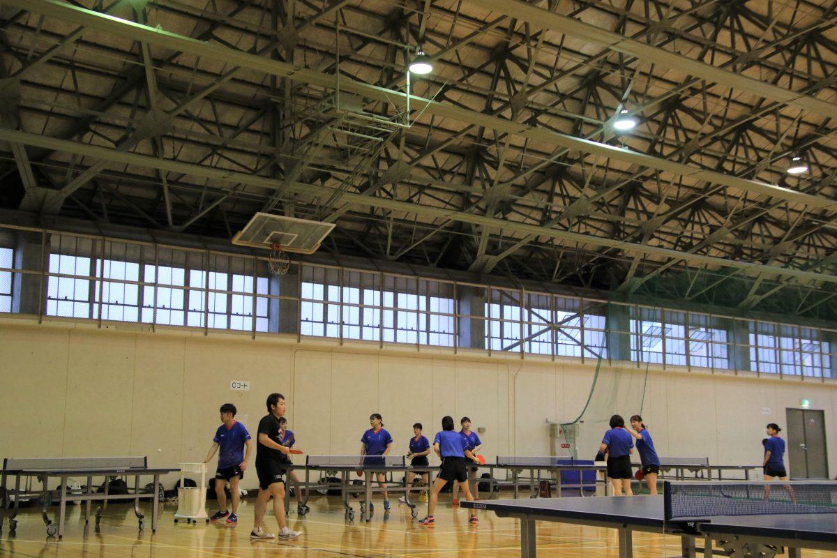 写真:練習に励む札幌大学女子卓球部員/撮影:ラリーズ編集部