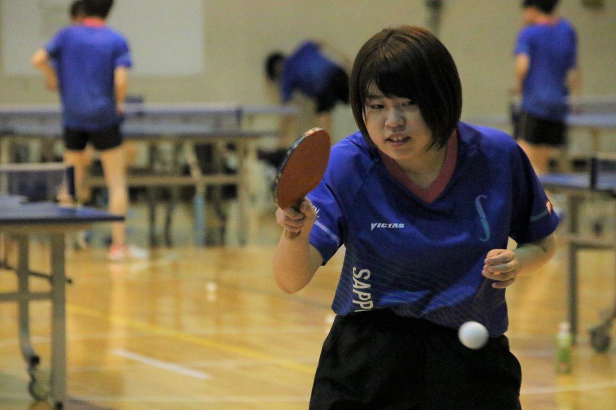 写真:女子卓球部前主将の濱口采花(4年)/撮影:ラリーズ編集部