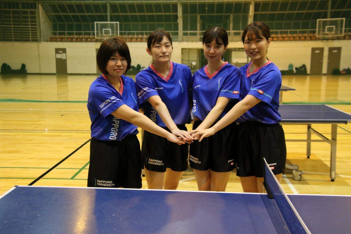 写真:札幌大学女子卓球部を支えた4年生/撮影:ラリーズ編集部