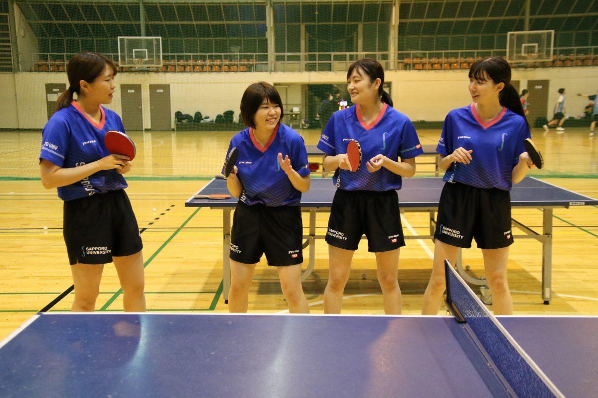 写真:札幌大学女子卓球部4年生/撮影:ラリーズ編集部