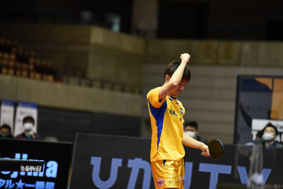 写真:ビクトリーマッチに勝利しガッツポーズを見せる丹羽孝希(岡山リベッツ)/提供:©T.LEAGUE