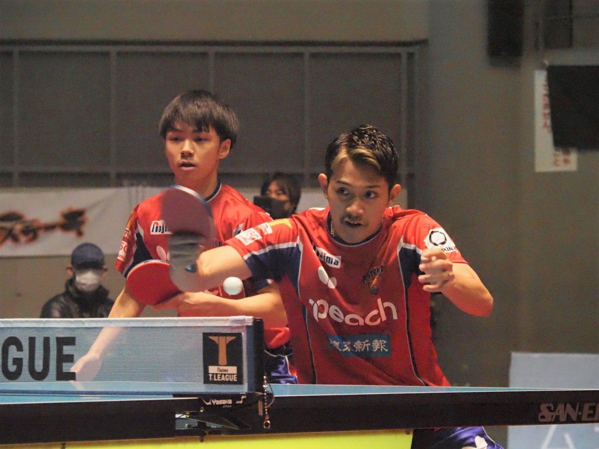 写真:木造勇人(左)・吉村和弘(琉球アスティーダ)/提供:©T.LEAGUE