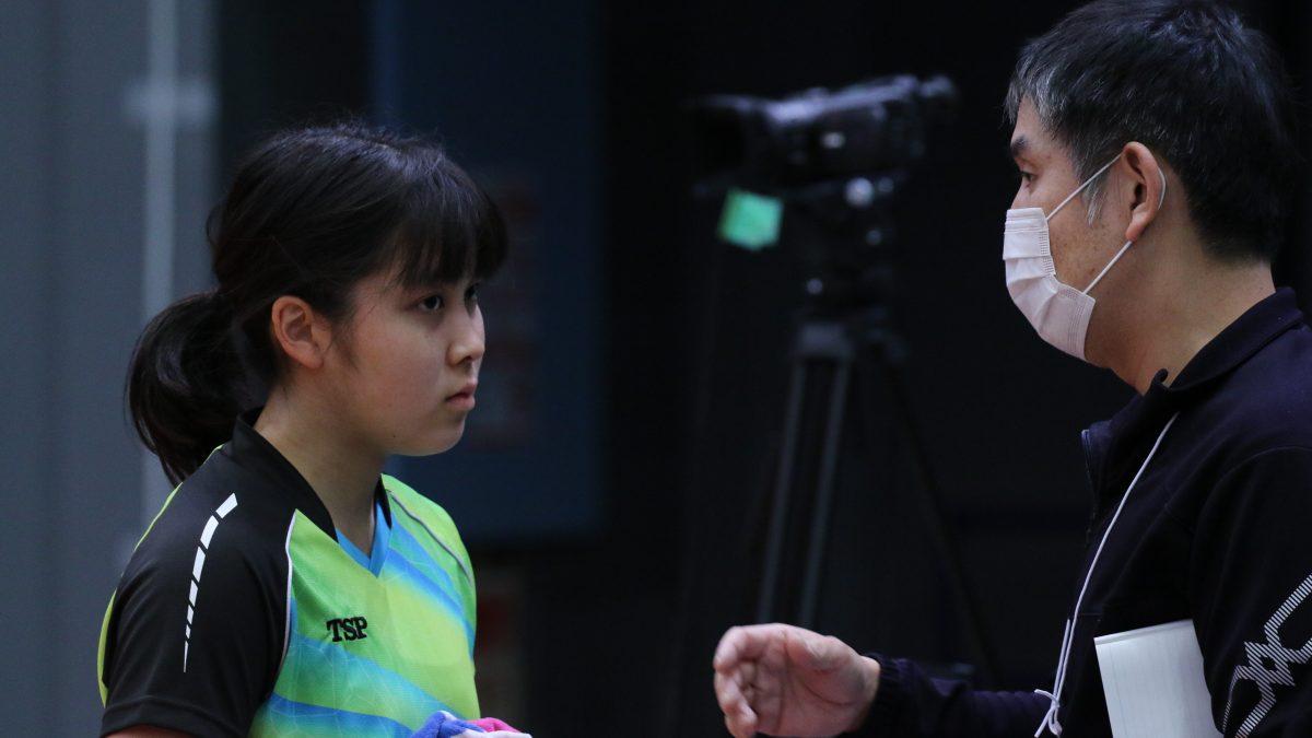 写真:父・光正さんのアドバイスを受ける平野亜子(甲府西高)/撮影:ラリーズ編集部