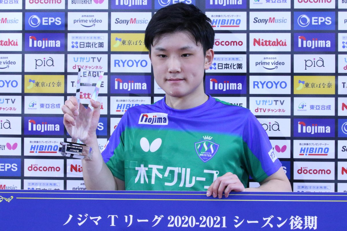 写真:試合前の後期MVP表彰での張本智和(木下マイスター東京)/撮影:ラリーズ編集部