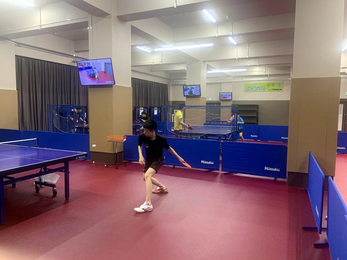 写真:上宮の練習場の柱にはテレビが設置されている/提供:上宮高校