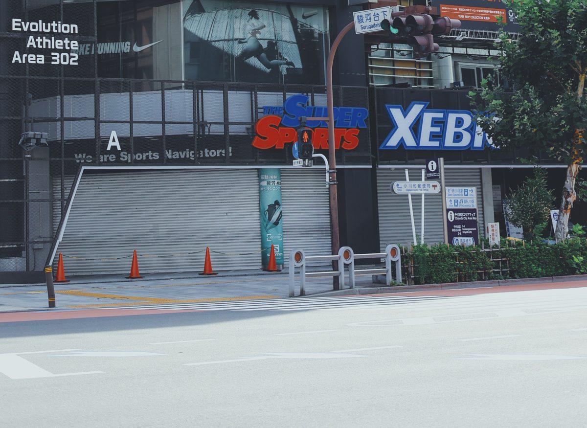 写真:スーパースポーツゼビオ東京御茶ノ水本店、開店は11時からです/撮影:ラリーズ編集部