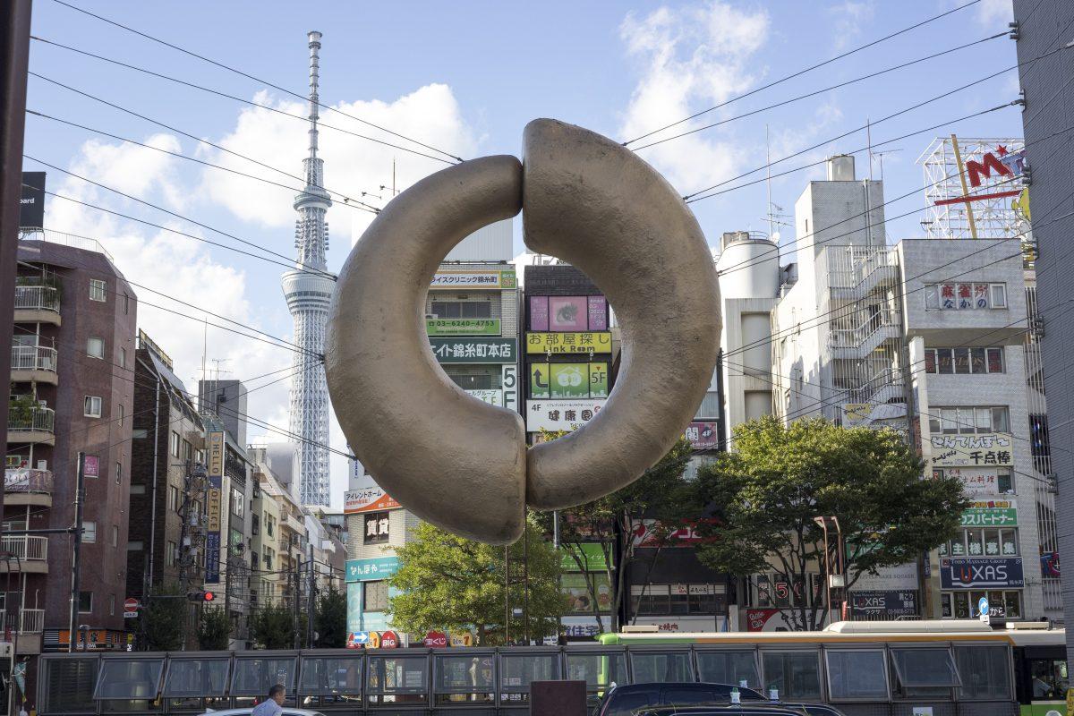 遠くにそびえるスカイツリーと、錦糸町駅前の謎のモニュメント