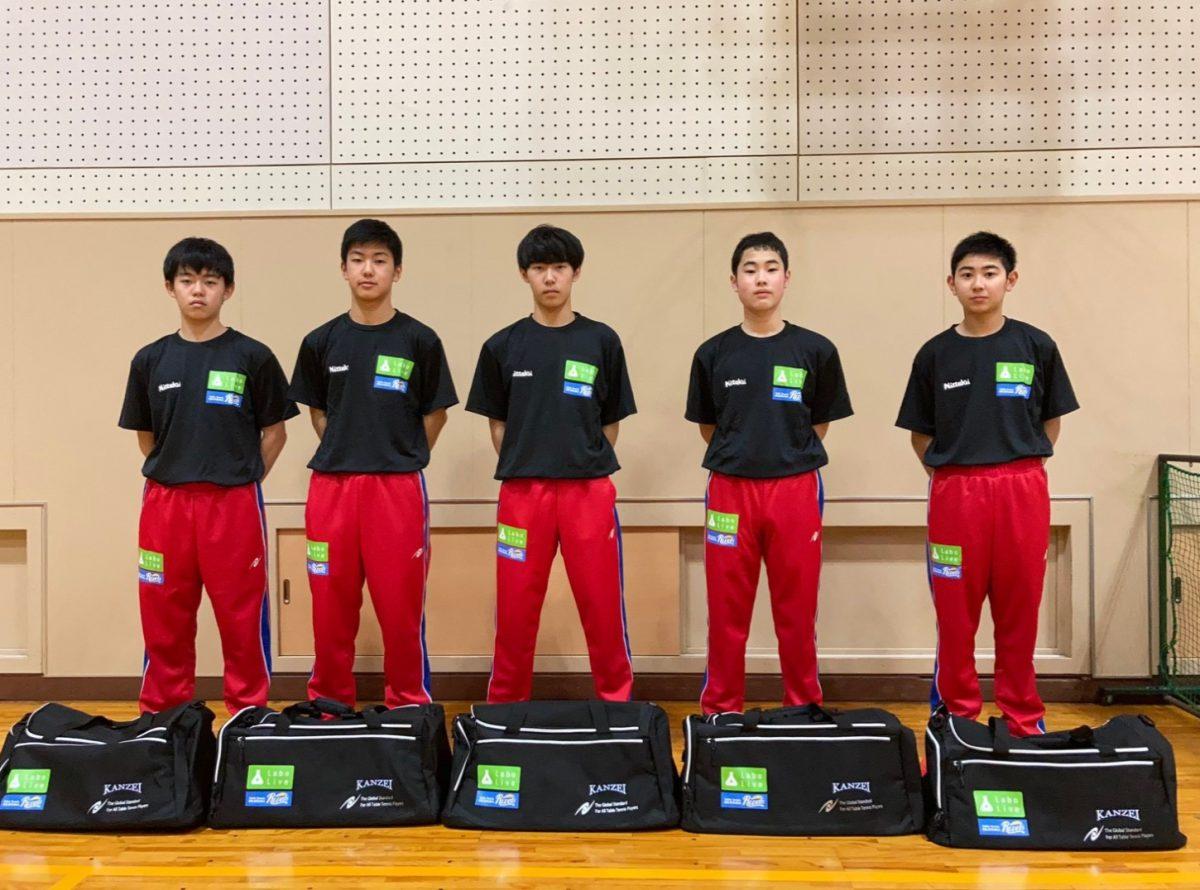写真:LaboLive(雪本社長)、岡山リベッツ(羽場社長)より新入部員にはジャージ、バッグ、練習用Tシャツが寄贈された/提供:関西高校卓球部