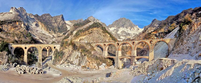 カラーラは世界有数の大理石採掘の町として知られる