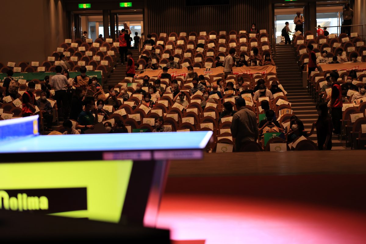 写真:舞台上に置かれた卓球台/撮影:槌谷昭人